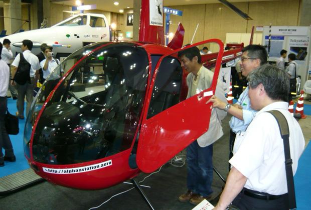 東京国際航空宇宙産業展でヘリコプターをご覧になるお客様